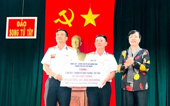 Chủ tịch HĐND TPHCM Nguyễn Thị Quyết Tâm trao quà tặng cán bộ, chiến sĩ đảo Song Tử Tây