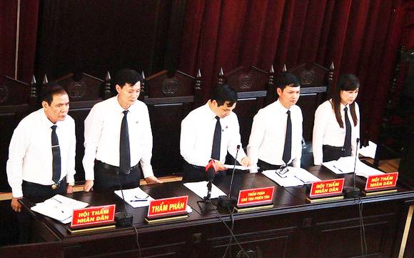 Hội đồng xét xử Tòa án nhân dân TP Hòa Bình mở lại phiên tòa xét xử vụ án tai biến chạy thận tại Bệnh viện Đa khoa tỉnh Hòa Bình làm 8 bệnh nhân tử vong