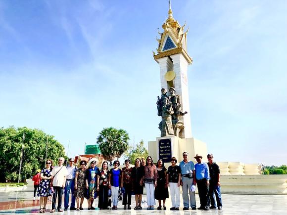 Các cựu sinh viên khóa 14 Khoa Ngữ văn, Đại học Tổng hợp Hà Nội chụp hình lưu niệm trước Tượng đài Quân tình nguyện Việt Nam ở Campuchia
