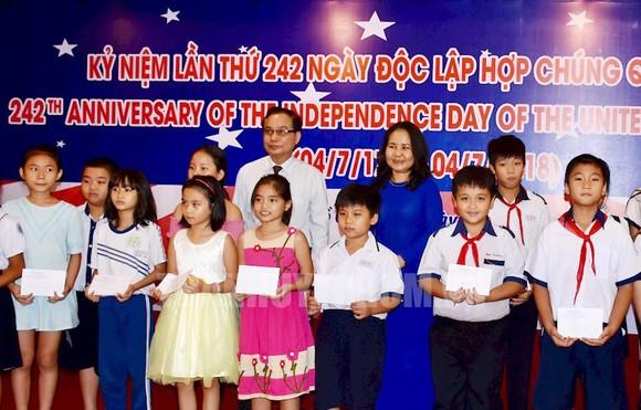 Các em học sinh được nhận học bổng. Thanhuytphcm.vn