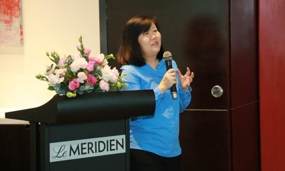 Bà Wai San Siew, Giám đốc đào tạo ICAEW khu vực Đông Nam Á trao đổi với sinh viên tại buổi giới thiệu chương trình ngày 7-9 tại TPHCM
