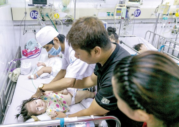 Bệnh nhi được chăm sóc tại Bệnh viện Nhi đồng 1, TPHCM. Ảnh: HOÀNG HÙNG