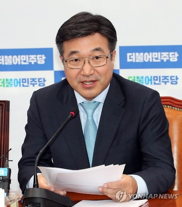 Rep. Yun Ho-jung, chief policymaker of Moon Jae-in's presidential election campaign, speaks during a press briefing at the liberal Democratic Party's headquarters in Seoul on May 7, 2017. (Yonhap)