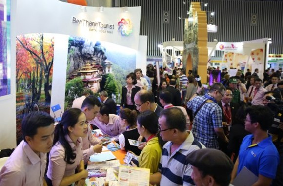 Tourists asked tourism information at ITE HCMC 2016