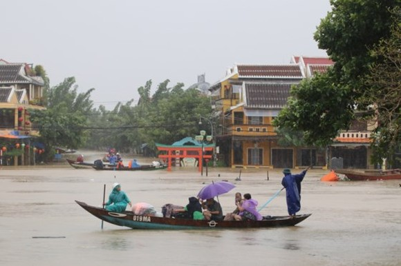 VIDEO:Flooding occurs in Hoian Ancient City