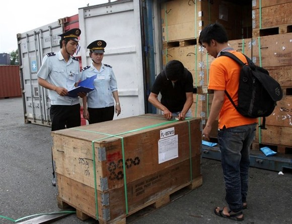 Officers of HCM City Customs check imported goods. (Photo: VNA)