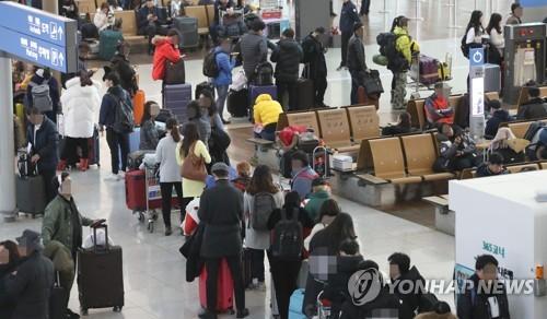 Flight travelers crowd Incheon International Airport west of Seoul on Dec. 25, 2017. (Yonhap)
