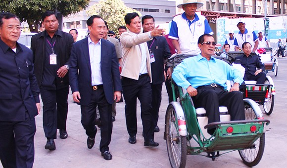 The PM takes a cyclo to meet cyclo drivers -Photo: Khmer Times