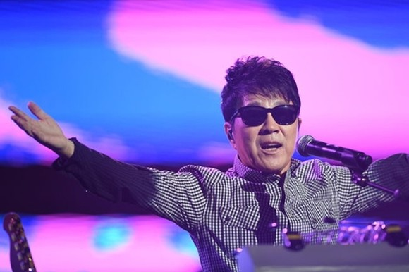 Pop legend Cho Yong-pil to hold national tour to mark his 50th anniv.
