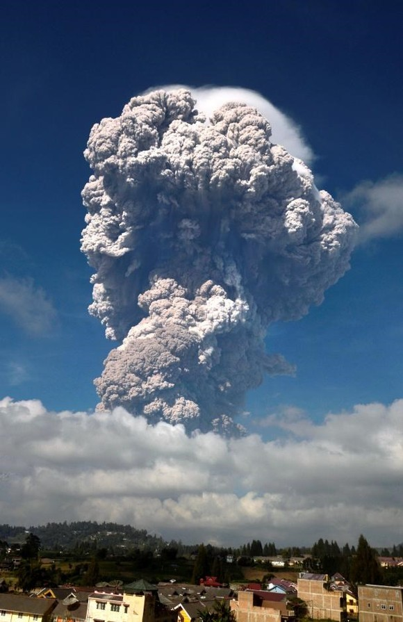 Indonesia raises aviation warnings after Sinabung volcano erupts