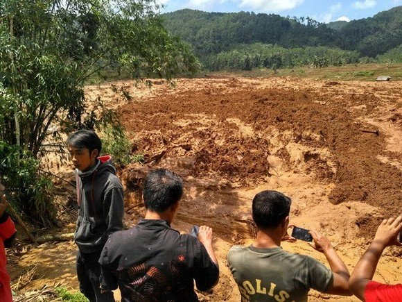 At the scene of the Java landslide (Photo: Reuters)