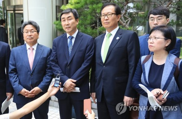 From L to R, incumbent and former lawmakers Kang Gi-jung, Lee Jong-kul, Moon Byeong-ho and Kim Hyun speak to reporters at the Seoul High Court on July 6, 2017, after they were found not guilty by the appellate court of suspected illegal confinement of a s