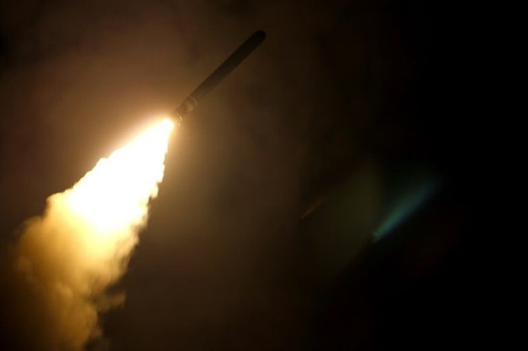 The guided-missile cruiser USS Monterey fires a Tomahawk land attack missile on April 14, 2018 as the United States, Britain and France carried out a wave of pre-dawn strikes against Syria's regime. - AFP/VNA Photo