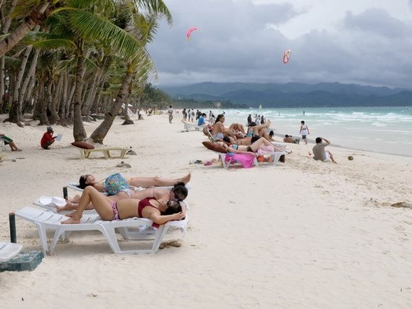 Tourists enjoy their times on Boracay (Photo: AFP/VNA)