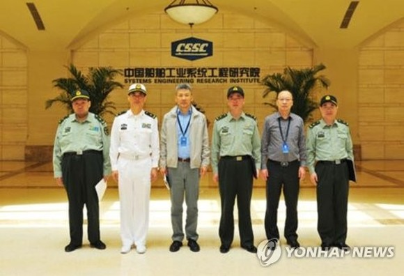 Mao Xinyu (L) poses for a group photo during his visit to China State Shipbuilding Corp. on May 4, 2018, in this picture posted on the company's website. (Yonhap)