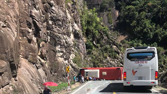 Traffic accident on Khanh Le mountain pass kills 2, injures 15