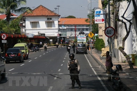 Indonesian polices guard at May 14 bombing scene (Source: VNA)