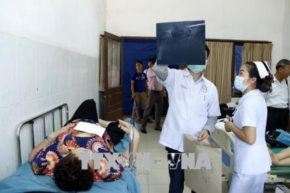 Doctors in Laos check the health of overseas Vietnamese patients who were victims of an accident in Bolykhamsay. — VNA/VNS Photo Trần Kiên