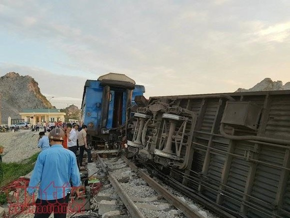 The site of the collision accident with toppled carriages. A North-South passenger train crashed into a truck at a level crossing in central Việt Nam, resulting in two casualties and 10 injured passengers. — VNA/VNS Photo