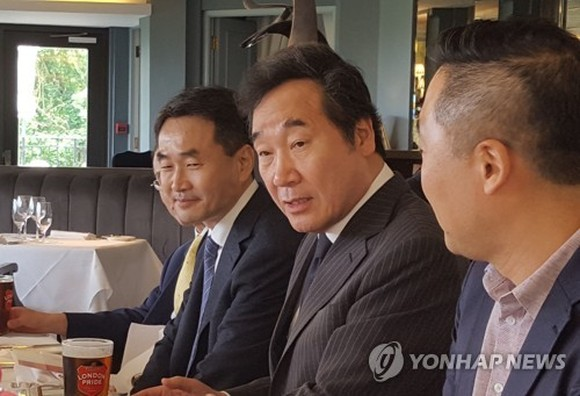 Prime Minister Lee Nak-yon speaks during a lunch meeting with traveling reporters in London on May 27, 2018. (Yonhap)