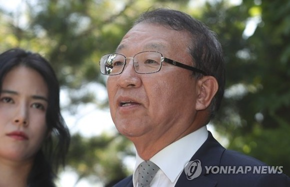 Former Supreme Court Chief Justice Yang Sung-tae speaks to reporters near his home in Seongnam, south of Seoul, on June 1, 2018. (Yonhap)