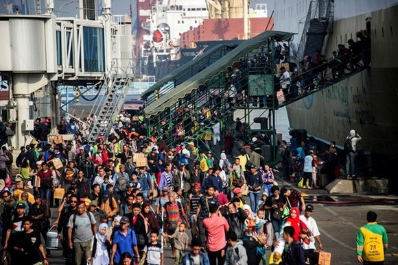 Passengers arrived at Surabaya port in East Java on June 11 to celebrate the Eid Al-Fitr holiday. Illustrative image. (Photo: AFP)