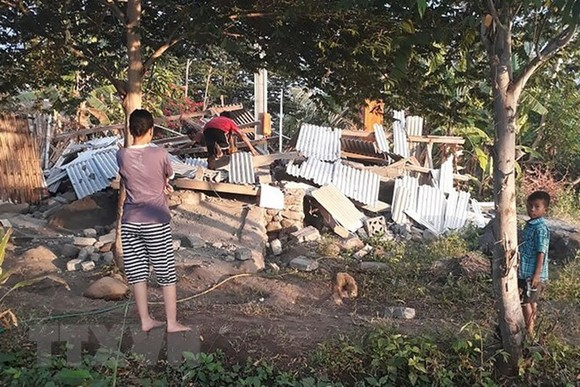 Earthquake damages a house in Indonesia. (Photo: AFP/VNA)