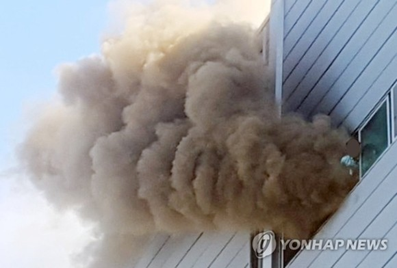 Plumes of smoke come out of a factory in Incheon on Aug. 21, 2018. (Yonhap)