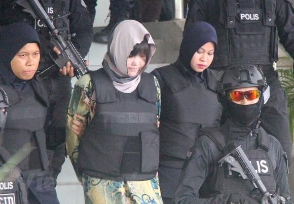 Malaysian police escorted Doan Thi Huong (centre).(Photo: VNA)