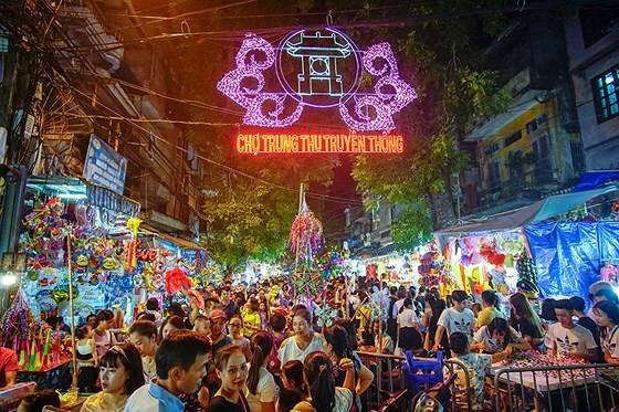 Hanoians enjoy early mid-autumn festival