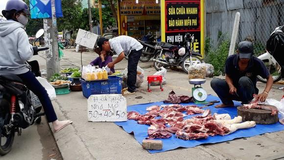 Thịt heo bán trên khắp các vỉa hè