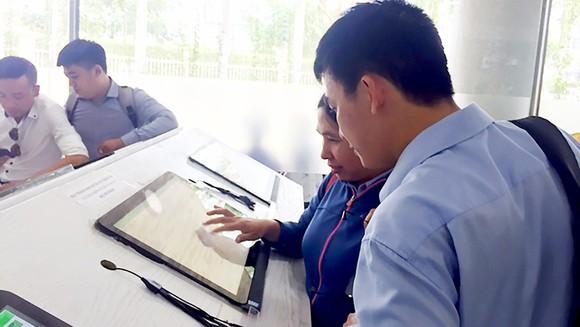 Người dân tra cứu thông tin quy hoạch trực tuyến tại UBND quận 12 (TPHCM)