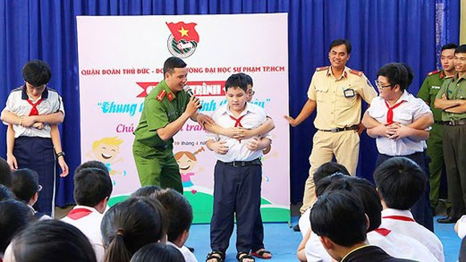 Dạy các thế võ để trẻ tự bảo vệ bản thân
