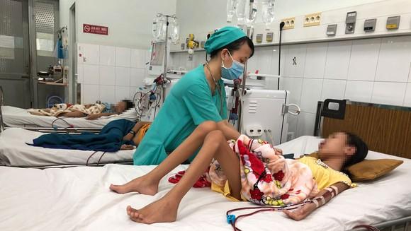 Nhiều bệnh nhi chạy thận nhân tạo tại Bệnh viện Nhi đồng 2
