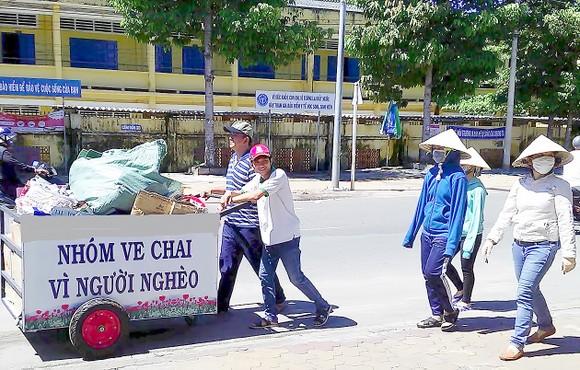 Gom ve chai giúp người nghèo ảnh 1