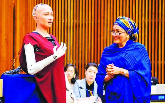 Phó tổng Thư ký LHQ Amina J. Mohammed trò chuyện với robot Sophia
