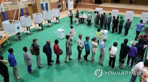 Cử tri Hàn Quốc xếp hàng chờ bỏ phiếu ở Chuncheon, tỉnh Gangwon. Ảnh: Yonhap