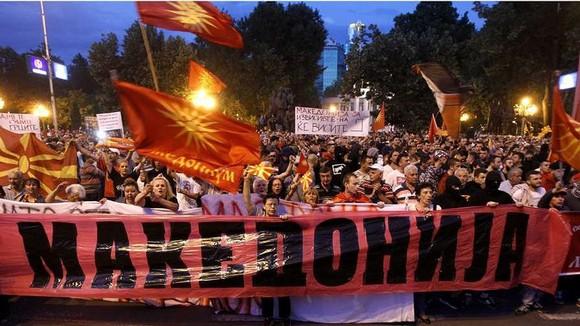 Biểu tình hòa bình bên ngoài trụ sở quốc hội ở thủ đô Skopje của Macedonia nhằm phản đối thỏa thuận. Ảnh: Houston Chronicle