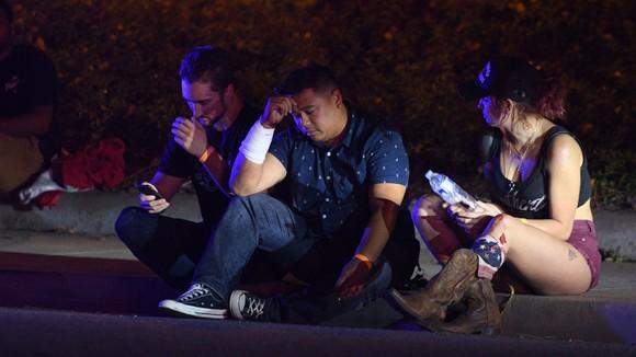 Những người may mắn sống sót. Ảnh: Los Angeles Times