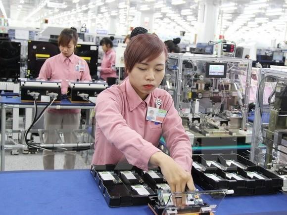 Lắp ráp điện thoại di động tại Tổ hợp công nghệ cao Samsung, Khu công nghiệp Yên Bình, tỉnh Thái Nguyên.
