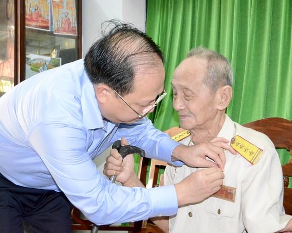 Trao Huy hiệu 70 năm tuổi Đảng cho đảng viên cao tuổi Đảng ảnh 2