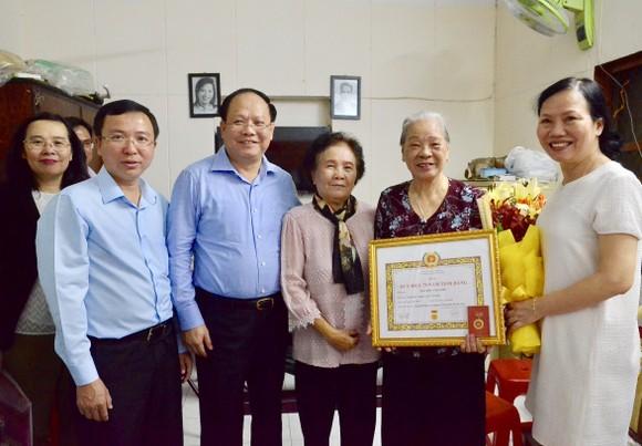 Trao Huy hiệu 70 năm tuổi Đảng cho đảng viên cao tuổi Đảng ảnh 3
