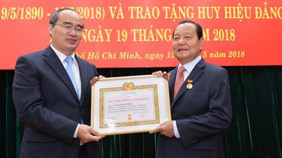 Bí thư Thành ủy TPHCM Nguyễn Thiện Nhân trao huy hiệu 50 năm tuổi Đảng cho đồng chí Lê Thanh Hải. Ảnh: VIỆT DŨNG