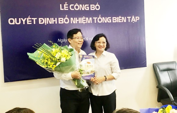 Đồng chí Thân Thị Thư, Trưởng Ban Tuyên giáo Thành ủy TPHCM, tặng hoa chúc mừng tân Tổng Biên tập Báo Người Lao động Tô Đình Tuân. Ảnh: KIỀU PHONG
