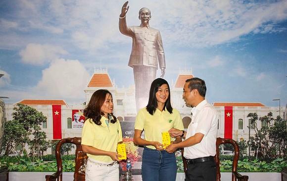 Ông Huỳnh Thanh Nhân (trái) động viên Tú Chinh và HLV Thanh Hương trước lúc lên đường. Ảnh: DŨNG PHƯƠNG