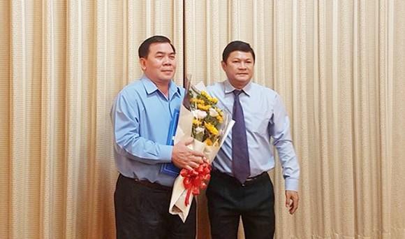Ông Lê Văn Hùng (trái) nhận quyết định nghỉ hưu từ ngày 1-9-2018