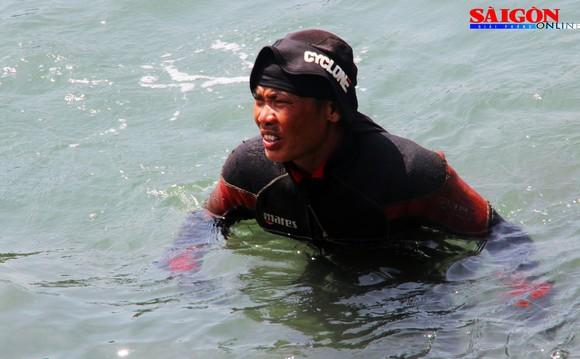 Cận cảnh thợ lặn ngâm mình giữa biển, tìm cách lặn vào khoang tàu đắm ảnh 5