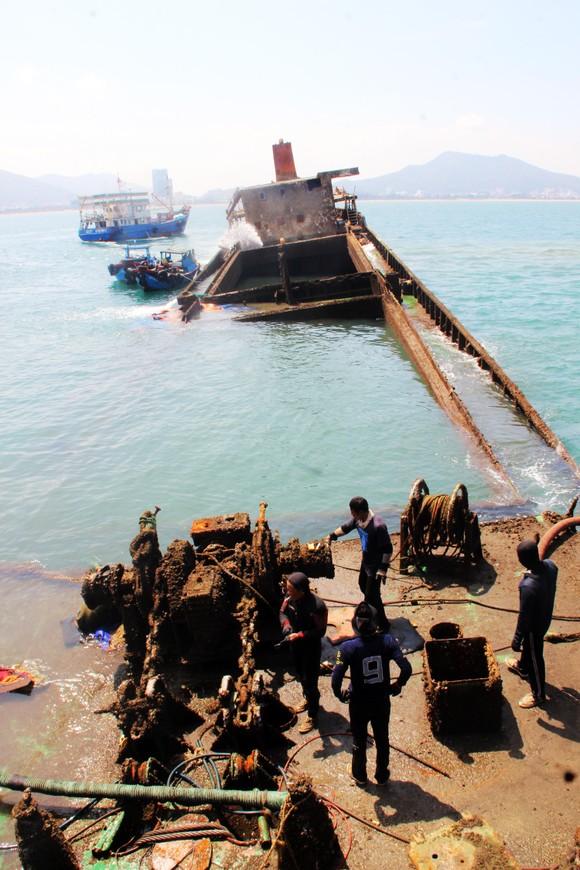 """Ra biển xem """"vòi bạch tuộc"""" kéo xác tàu ngàn tấn bị đắm ảnh 6"""