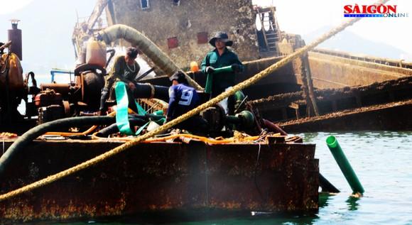 """Ra biển xem """"vòi bạch tuộc"""" kéo xác tàu ngàn tấn bị đắm ảnh 8"""