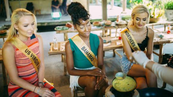 Miss Grand International 2017: Hoa hậu thích thú học gói bánh lọc Quảng Bình ảnh 7